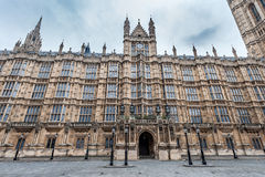 LONDON UK - APRIL 9, 2013: En sida av brittisk parlamentarkitekturmonument royaltyfri foto