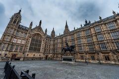 LONDON UK - APRIL 9, 2013: En sida av brittisk parlamentarkitekturmonument med häststatyn Bred vinkelfotofors arkivbilder