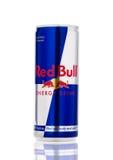 LONDON UK - APRIL 12, 2017: Kunna av den Red Bull energidrinken på vit bakgrund Red Bull är den populäraste energidrinken i woen Arkivfoto