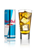 LONDON UK - APRIL 12, 2017: Kunna av den Red Bull energidrinken Sugar Free med exponeringsglas- och iskuber på vit bakgrund Red B Royaltyfri Bild