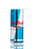 LONDON UK - APRIL 12, 2017: Kunna av Red Bull Sugar Free Energy Drink på vit bakgrund Red Bull är den populäraste energidrinen royaltyfria bilder