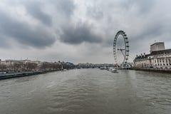 LONDON UK - APRIL 9, 2013: London öga och Thames River royaltyfri bild