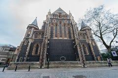 LONDON UK - APRIL 9, 2013: London Southwark domkyrka med den breda vinkeln Lens royaltyfri bild
