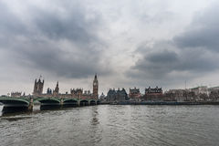 LONDON UK - APRIL 9, 2013: London Thames River och Westminster bro med stora Ben Tower molnig dag royaltyfri foto