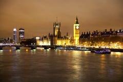 LONDON UK - APRIL 5, 2014: Nattsikt av Big Ben och hus av parlamentet Fotografering för Bildbyråer