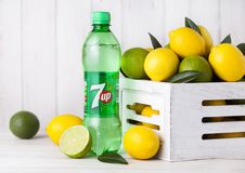 LONDON UK - APRIL 27, 2018: Plast- flaska av sodavatten för lemonad 7UP arkivfoton