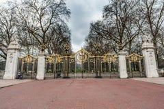 LONDON UK - APRIL 9, 2013: Portar till parkera Nästan Trafagar fyrkant arkivbilder