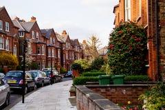 LONDON UK - April, 13: Rad av hus för röda tegelstenar i London Arkivfoto