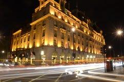 LONDON UK APRIL 2016: Ritz Hotel på natten med trafikljusslingor fotografering för bildbyråer