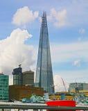 LONDON UK - APRIL 24, 2014: Skärva av exponeringsglas på flodThemsen Royaltyfri Foto