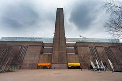 LONDON UK - APRIL 9, 2013: Tate Modern är ett modern konstmuseum på bankerna av flodThemsen Bred vinkelfotofors arkivbild