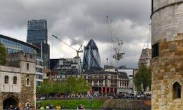LONDON UK - APRIL 24, 2014: Torn av London och moderna byggnader Royaltyfri Bild