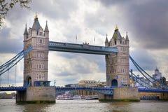 LONDON UK - APRIL 24, 2014 tornbro på flodThemsen Arkivfoton