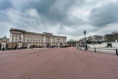 LONDON UK - APRIL 9, 2013: Trafalgal kvadrerar slotten med molnig himmel och många turister royaltyfri foto