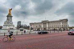 LONDON UK - APRIL 9, 2013: Trafalgar Square med ridningcykeln på vägen och den guld- statyn framme av slotten royaltyfri foto
