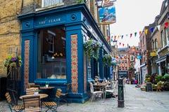 LONDON UK - April, 13: Yttersida av baren, för att dricka och att umgås, brännpunkt av gemenskapen Royaltyfri Fotografi