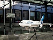 LONDON/UK - 15. AUGUST: Modell eines Flugzeugs Airbusses 380 draußen lizenzfreies stockbild