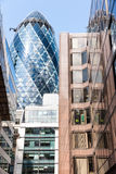 LONDON UK - AUGUSTI 6: Ättiksgurkatornet (30 St Mary Axe) i Cien Arkivfoto