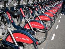 LONDON/UK - AUGUSTI 15: Cyklar för hyra i London på Augusti 15, 2 Royaltyfri Fotografi