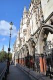 LONDON UK - AUGUSTI 20, 2016: De kungliga domstolarna från tråden med detaljer av de yttre kolonnerna och gallerierna Royaltyfria Bilder