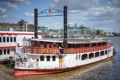 LONDON UK - AUGUSTI 22: Det elisabetanskt som förtöjas på floden Tha Arkivfoto