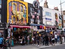 LONDON UK - AUGUSTI, 31 2018: Gataliv i Camden Town, en fam royaltyfri foto