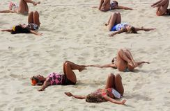 London UK, Augusti 2012 Grupp av kvinnor som gör exercice på en strandsalvadomstol Arkivbilder
