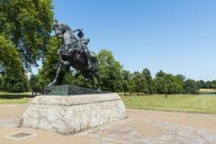 LONDON UK - AUGUSTI 01: Häst- och ryttareskulptur kallade Physica Royaltyfri Foto