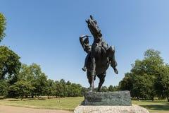 LONDON UK - AUGUSTI 01: Häst- och ryttareskulptur kallade Physica Arkivfoton