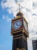 LONDON/UK - AUGUSTI 15: Lilla Ben utanför Victoria Train Statio Royaltyfri Foto