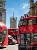 LONDON/UK - AUGUSTI 15: London bussar bredvid Westminster abbotskloster I Arkivbilder