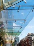 LONDON/UK - AUGUSTI 15: Modern dold trottoar i London på Augusti Arkivfoto