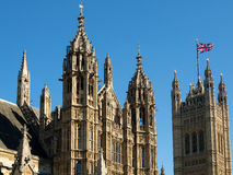 LONDON/UK - AUGUSTI 15: Sikt av de solbelysta husen av parlamentet arkivfoton
