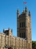 LONDON/UK - AUGUSTI 15: Sikt av de solbelysta husen av parlamentet royaltyfria foton