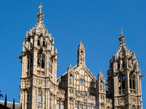 LONDON/UK - AUGUSTI 15: Sikt av de solbelysta husen av parlamentet arkivbilder