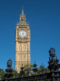 LONDON/UK - AUGUSTI 15: Sikt av en solbelysta Big Ben i London på Au Royaltyfria Foton