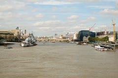 London UK - 31 Augusti 2016: Sikt av skeppet för HMS Belfast på flodThemsen med tornet av den London bron i bakgrunden Royaltyfria Bilder