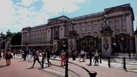 London UK, 2 Augusti 2018: turister framme av Buckingham Palace lager videofilmer