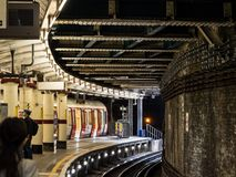 LONDON UK - AUGUSTI 31, 2018: Underjordisk station i den London staden arkivbilder