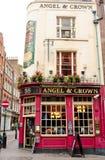 London UK - Augusti 17, 2010: utvändig sikt av ängel- och kronapu Fotografering för Bildbyråer