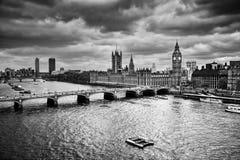 London UK. Big Ben slotten av Westminster i svartvitt Fotografering för Bildbyråer