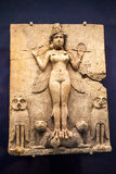 LONDON UK, BRITISH MUSEUM - drottningen av natten återstår av en målad staty från Babylonian period Fotografering för Bildbyråer