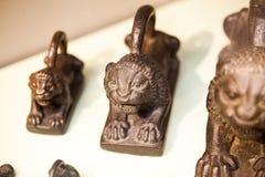 LONDON UK, BRITISH MUSEUM kungligt lejon formade vikter - nordliga Irak Fotografering för Bildbyråer