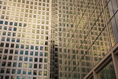 LONDON UK - CANARY WHARF, moderna glass byggnader för MARS 22, 2014 Royaltyfri Bild