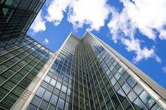 LONDON UK - CANARY WHARF, moderna glass byggnader för MARS 22, 2014 Arkivfoto
