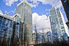 LONDON UK - CANARY WHARF, moderna glass byggnader för MARS 22, 2014 Arkivfoton