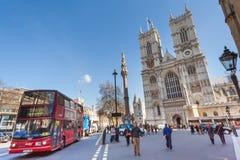 London UK - circa mars 2012: Berömd buss för dubbel däckare framme av den Westminster abbotskloster i London Royaltyfri Fotografi