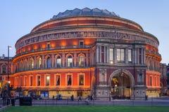 London UK - circa mars 2012: Kungliga Albert Hall i London på aftonen arkivbilder
