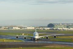 LONDON UK - CIRCA 2016: Qatar Airways flygbuss A380 som åker taxi på den Heathrow flygplatsen Arkivbilder