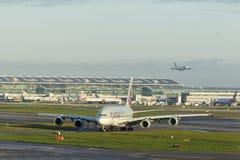 LONDON UK - CIRCA 2016: Qatar Airways flygbuss A380 som åker taxi på den Heathrow flygplatsen Royaltyfri Bild